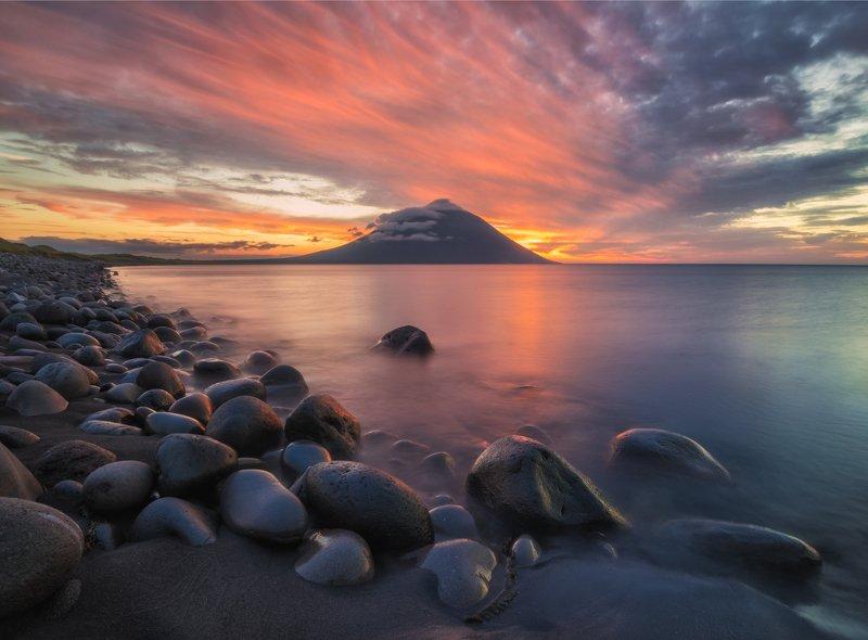 итуруп, курилы Итуруп. Вечер с видом на вулкан. фото превью