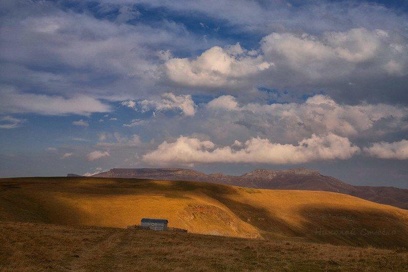 кавказ горы осень облака Одинокое ранчоphoto preview