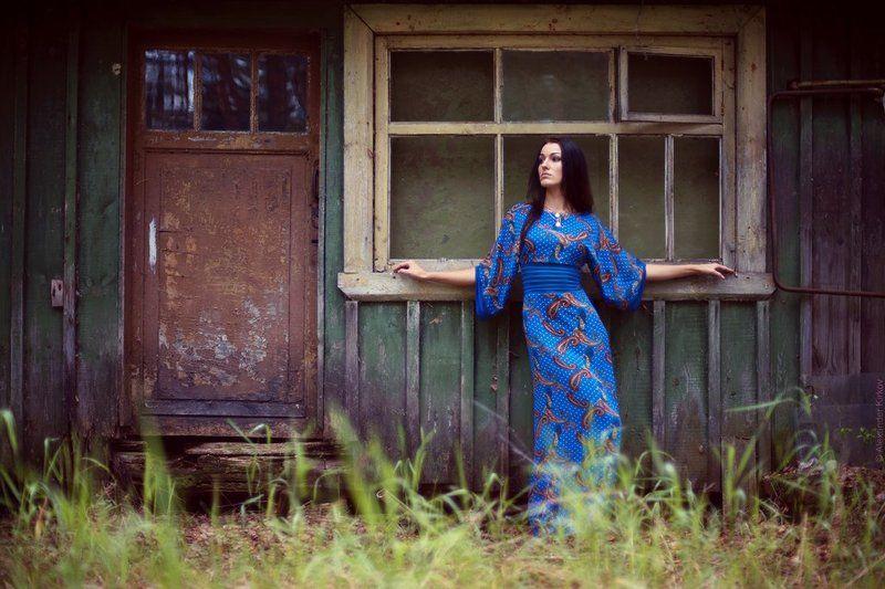 девушка, дом, лето, платье, синий, трава, окно ***photo preview