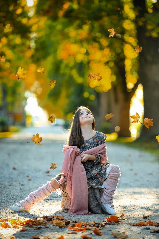 девочка осень парк Дуновение ветраphoto preview