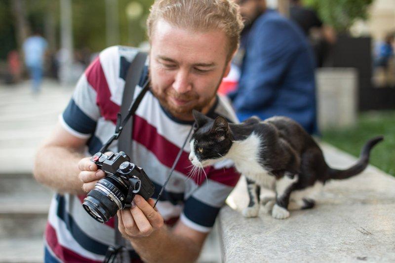 Фотограф с моделью просматривают отснятый материалphoto preview