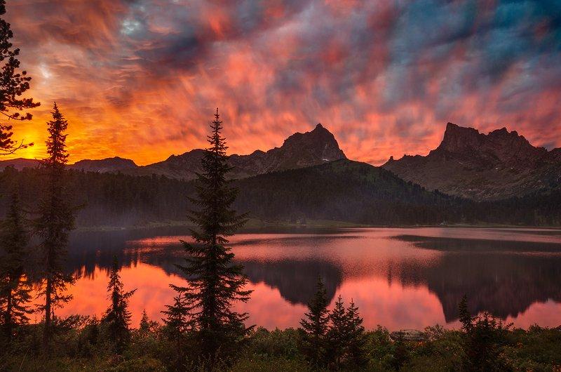 природа, пейзаж, озеро, горы, скалы, хребет, вершины, закат, вечер, красный, пылающий, ергак, светлое, красноярский, край, облака, небо, Сибирь, Саяны, берег Пылающий закат над озером Светлоеphoto preview