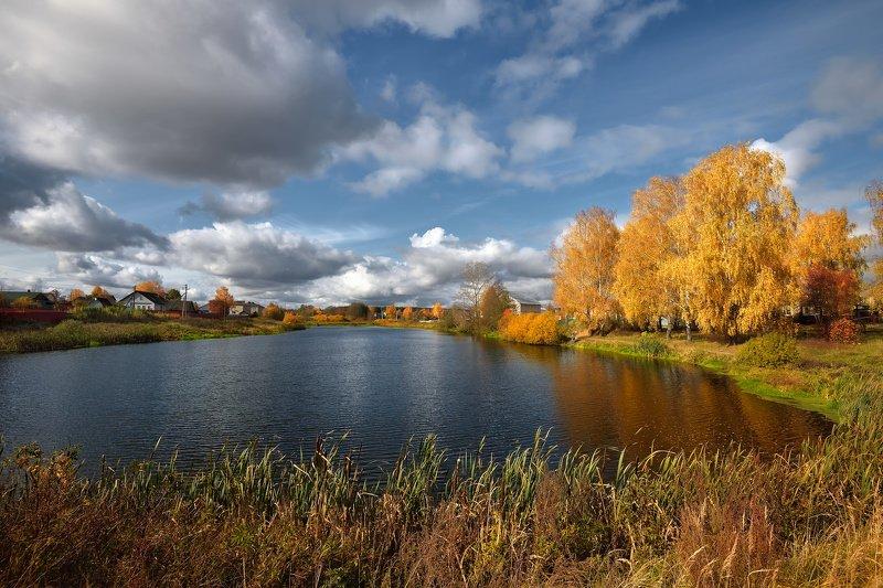 осень,деревня,пруд,рыбак,небо,облака,жёлтые,деревья осенний деньphoto preview