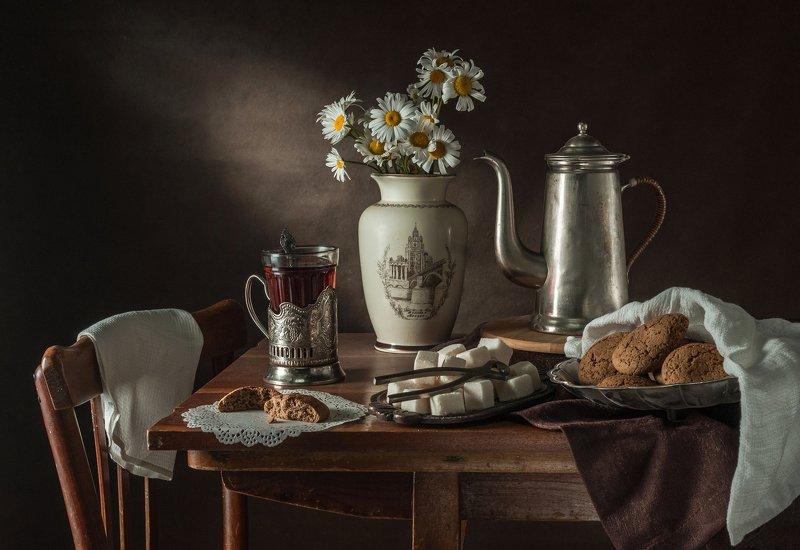 печенье, ваза, стакан чая Натюрморт с овсяным печеньемphoto preview