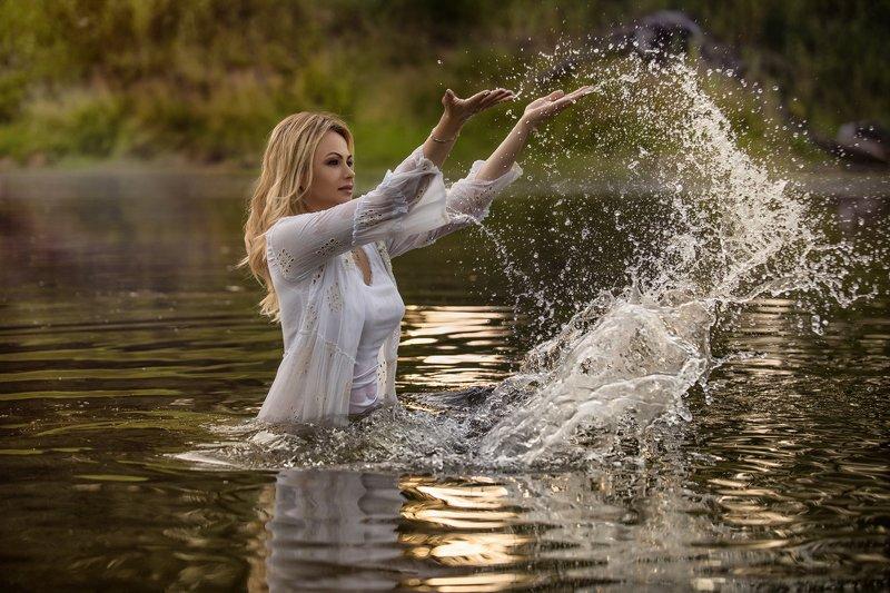 портрет девушка красота озеро закат закатыphoto preview