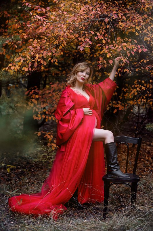 woman in red, pregnancy Богиняphoto preview