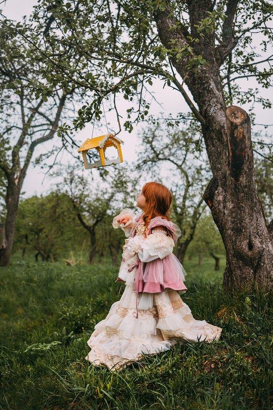 Маленькая девочка, кормушка, весна Вераphoto preview