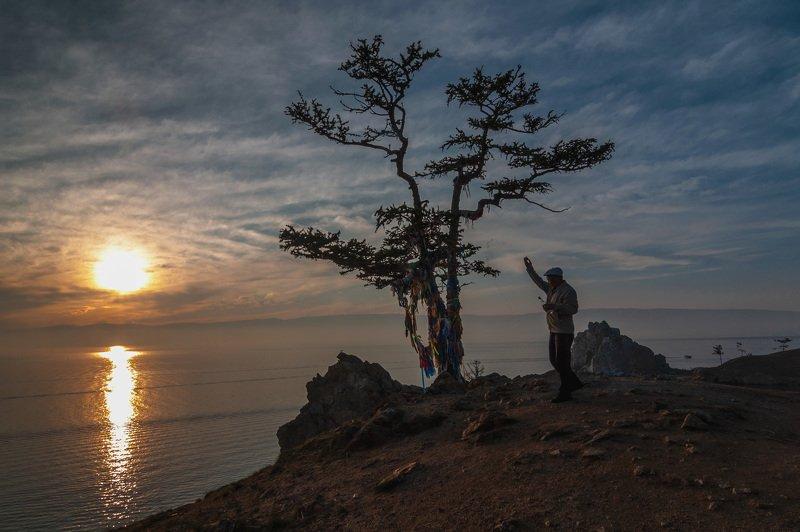 Вечер, закат, пейзаж, обряд, дерево, Байкал, человек, природа Вечерние обрядыphoto preview