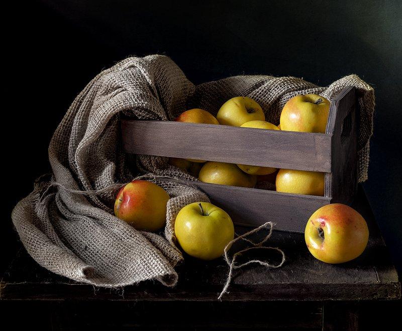 натюрморт, фрукты, яблоки Яблоки в ящикеphoto preview
