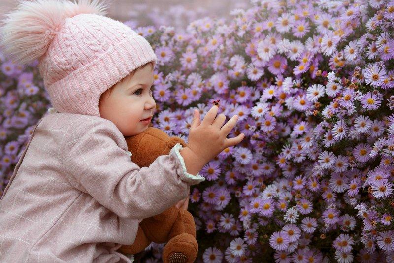 девочка, ребенок, сентябринки, осень, жук, божья коровка, детская фотосъемка Сентябринкиphoto preview
