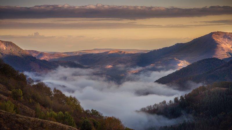 Туманный рассвет в горах Румынииphoto preview