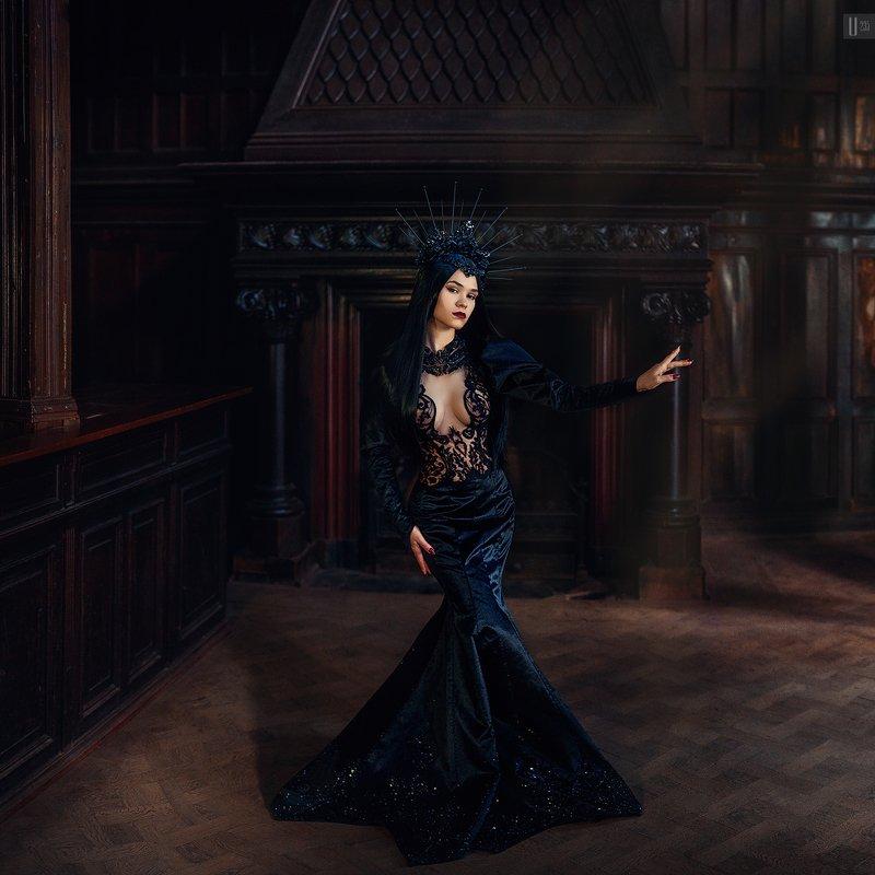 портрет,девушка,корона,платье,груди,замок,камин,колонны,паркет,свет,дерево В колыбели Кохаphoto preview