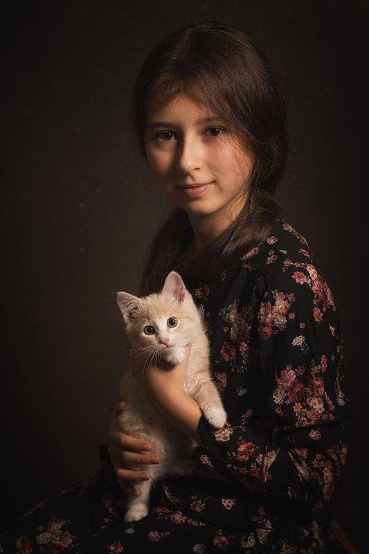 Портрет девочки с котенкомphoto preview