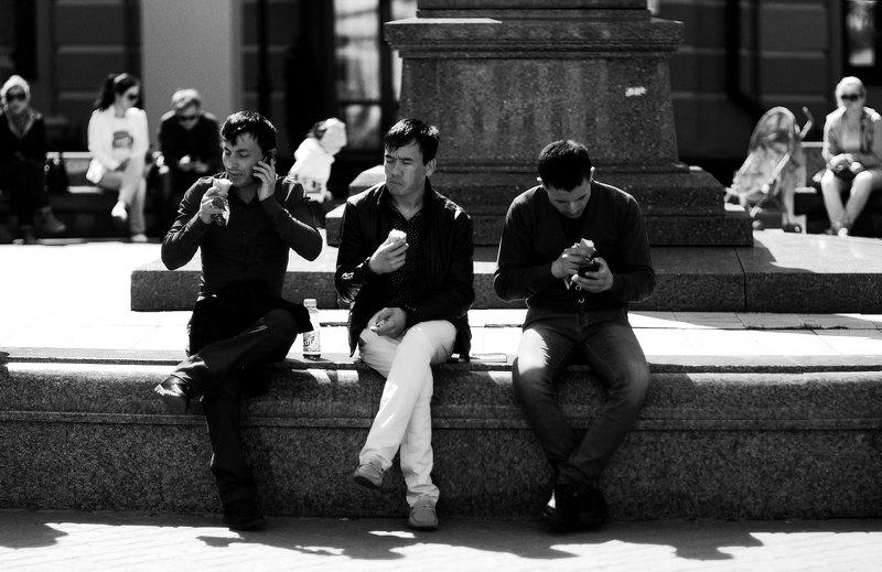 город, улица, люди мороженое photo preview