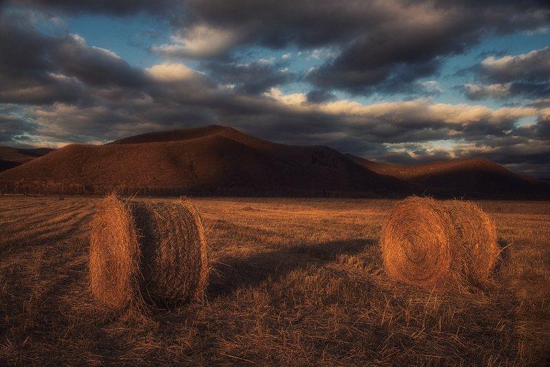 закат вечер небо облока поле сено стога горы сопки осень россия приморский край уборка ,,Осенние поля Приморья,,photo preview