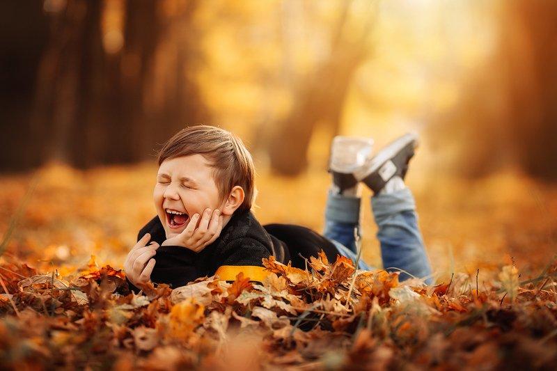 мальчик, ребенок, смех, радость, осень, оранжевый, желтый, парк, перспектива,  photo preview