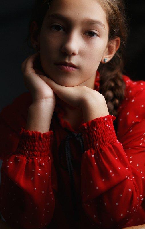 детскийпортрет красныйцвет низкийключ photo preview