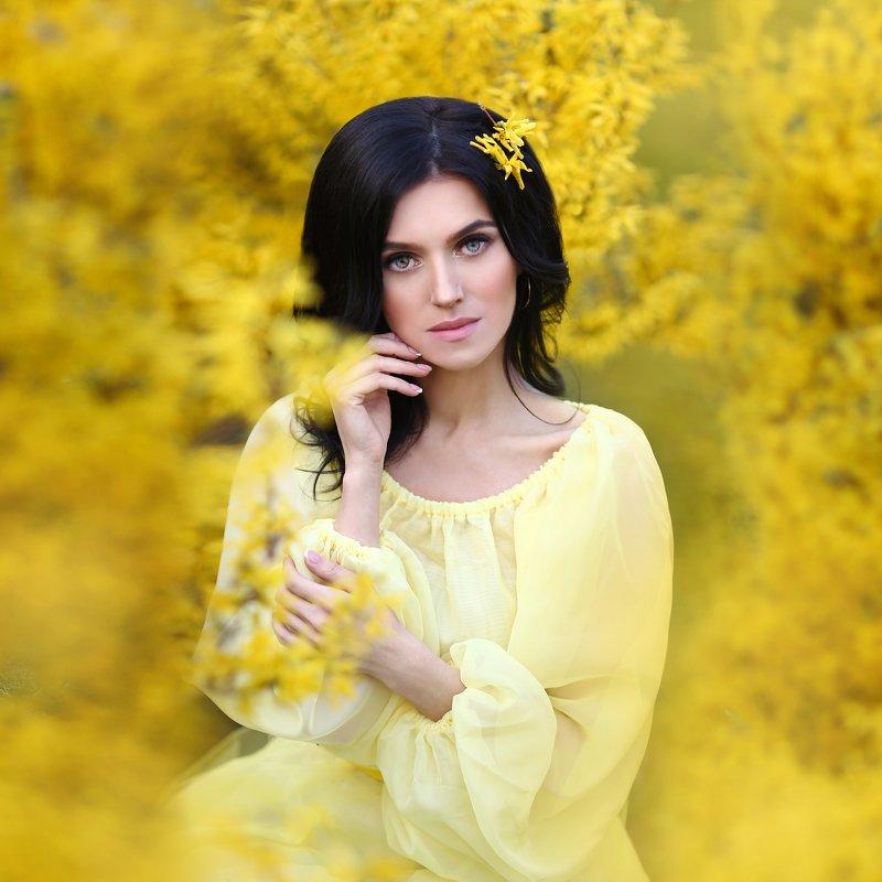форзиция, кустарник, желтые цветы, девушка в желтом платье, брюнетка, желтый photo preview