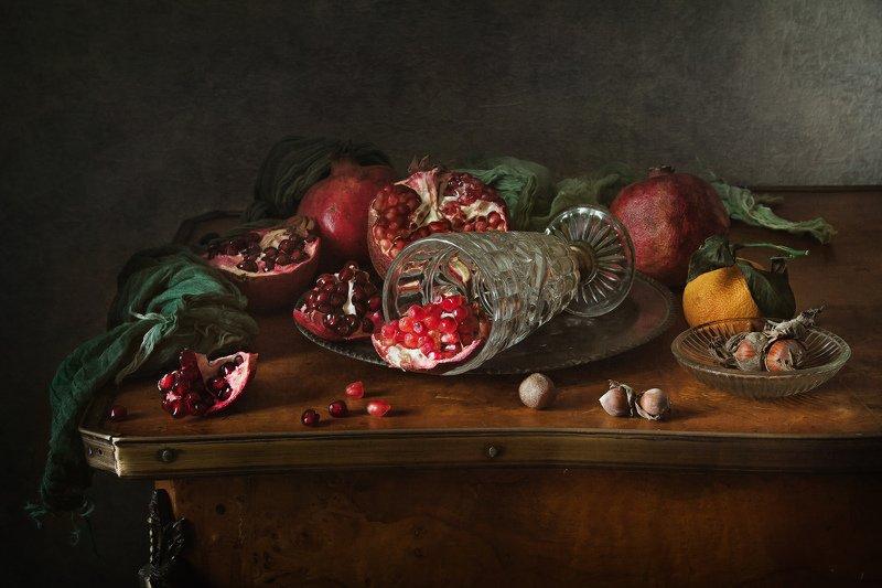 натюрморт, стекло, бокал, гранат, орехи, мандарин Гранатовая диетаphoto preview