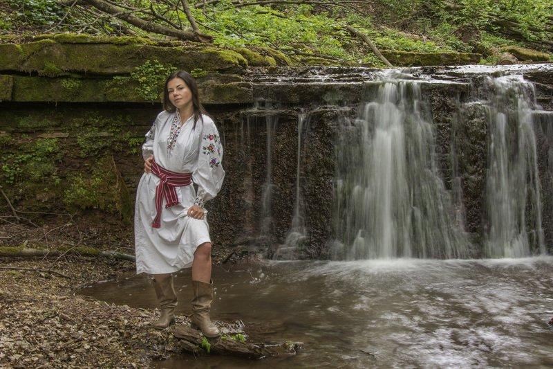 водопад, девушка, гуцулочка, вишиванка Гуцулочка у водопадаphoto preview