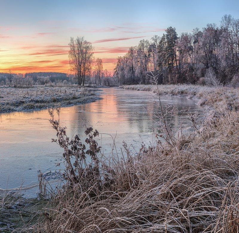Морозное утро над замерзающей рекойphoto preview