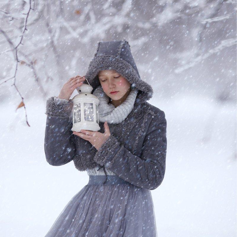 зима, снег, снегопад, монохром, девочка с фонариком, зимняя сказка photo preview
