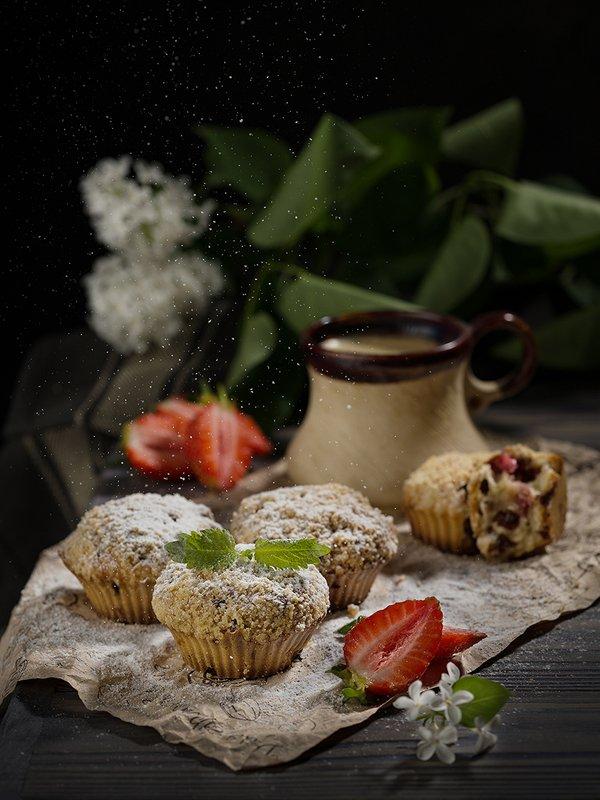 фудфото, маффины, еда, кекс, клубника, натюрморт, низкий ключ Маффины с клубникойphoto preview