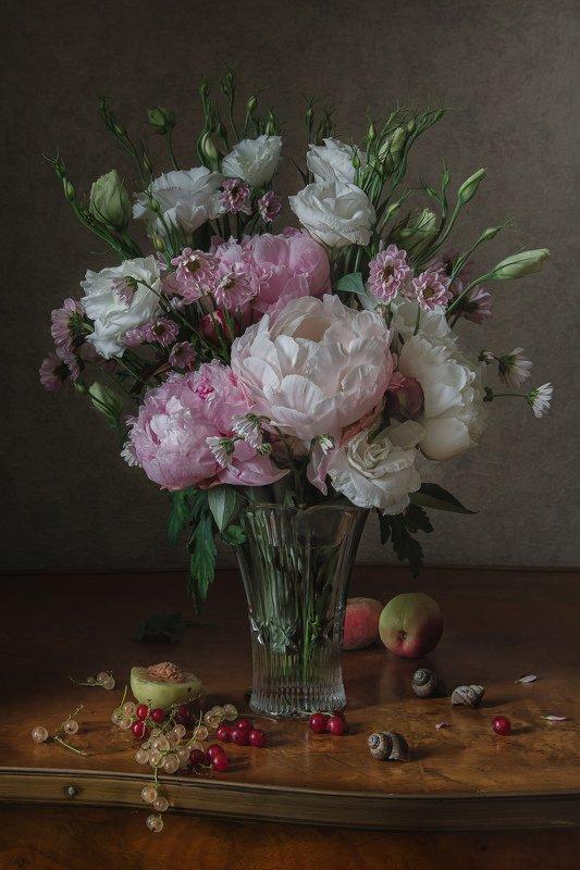 натюрморт, хрусталь, цветы, эустома, пионы, ягода, смородина, фрукты, нектарин Эустома и пионыphoto preview