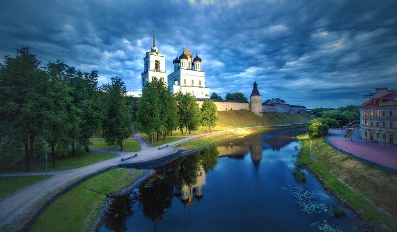 У Псковского кремляphoto preview
