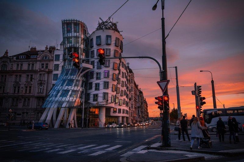 прага, закат, рассвет, огонь, утро, красный, город, башня, небо, облака, танцующий дом, улица, дорога Танцующий домphoto preview