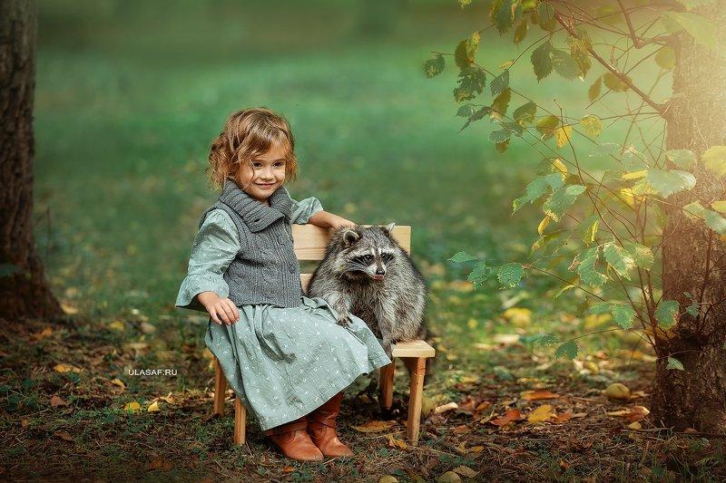 art photo, art, портрет, осень, autumn, ребенок, прогулка, девочка, girl, животное, енот, raccoon, радость, малыш, друзья, happy, любовь, love, 105mm, kid, children, beautiful, people, eyes, face ***photo preview