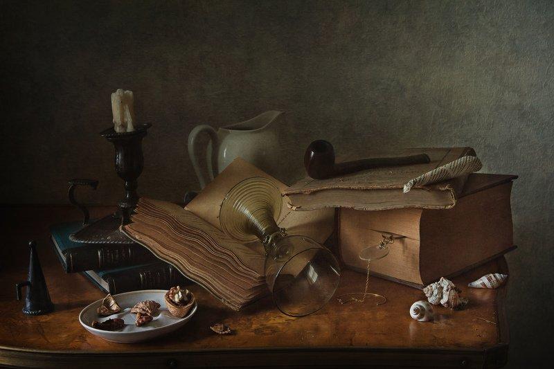 натюрморт, стекло, рёмер, пенсне, свеча, подсвечник, книги Будни студентаphoto preview