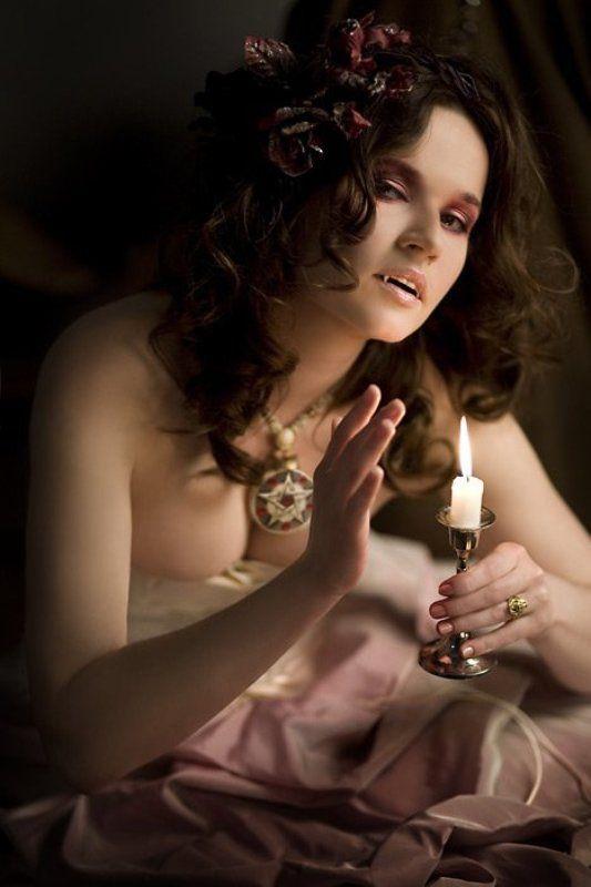 вампирша, зубки, свеча время обедаphoto preview