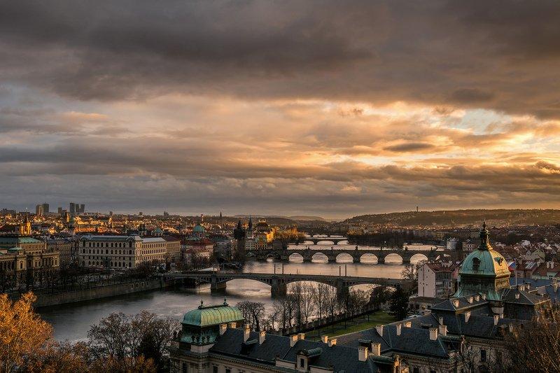прага, закат, рассвет, утро, город, башня, небо, облака, карлов мост, река, вода, золото Золотой закатphoto preview