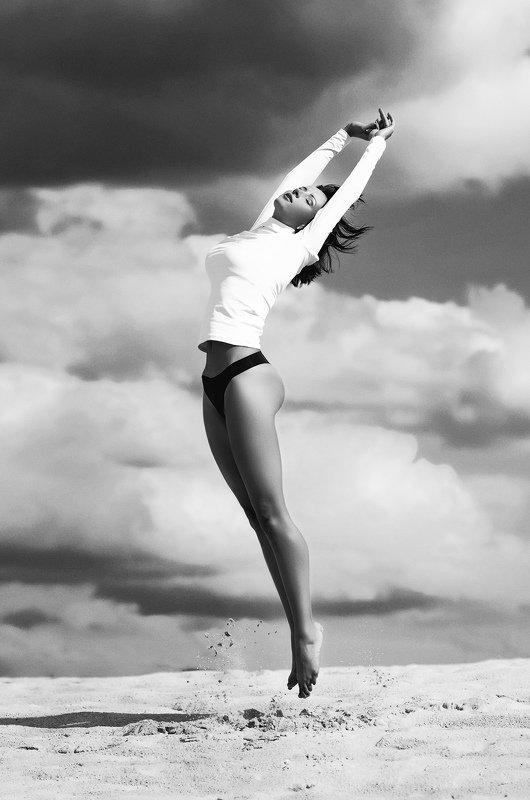 прыжок, полёт, чб, легкость, облака, небо Полётphoto preview