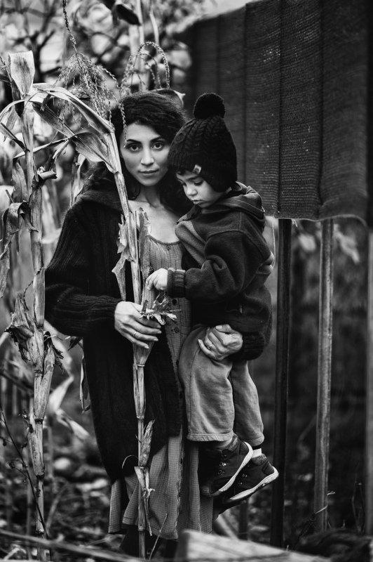 Портрет, черно-белое фото, мама, сын, кукуруза, осень, осенняя фотосессия ,  photo preview