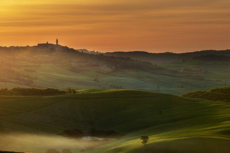 #tuscany #italy #landscapephotography #tuscanyworkshop #photographyworkshop #valdorcia Pienza at sunrise, Tuscanyphoto preview
