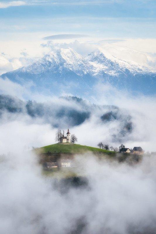 словения, церковь, туман, горы В облаках фото превью