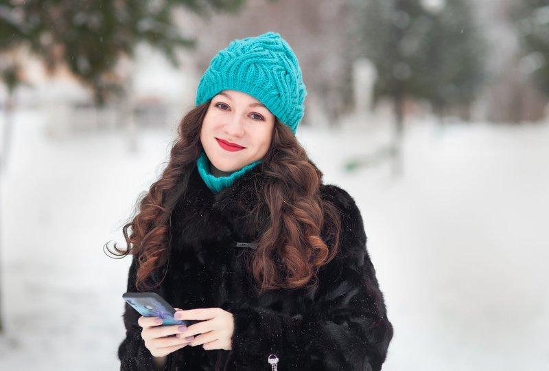 девушка, телефон, зима, радость, эмоция Счастьеphoto preview