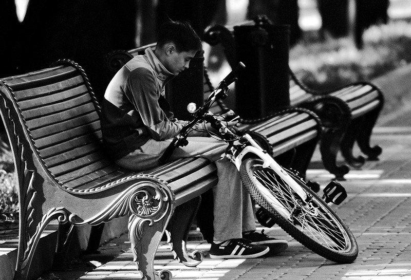 город, улица, человек  скамейкаphoto preview