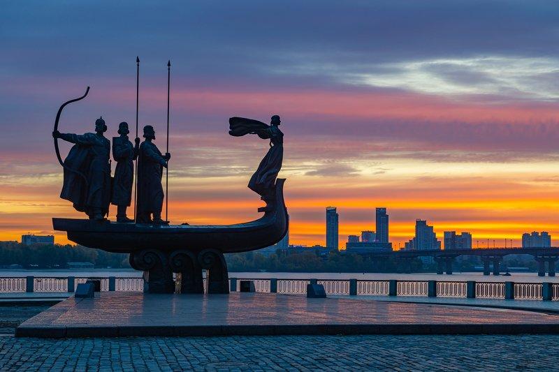 Памятник основателям Киеваphoto preview