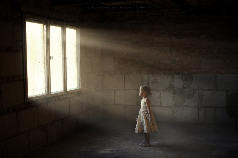 magic light little girl window девушка sunlight mist окно девчушка dranikowski child Lightphoto preview