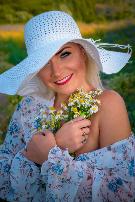 portret color women emotion flowers Girl with camomilesphoto preview