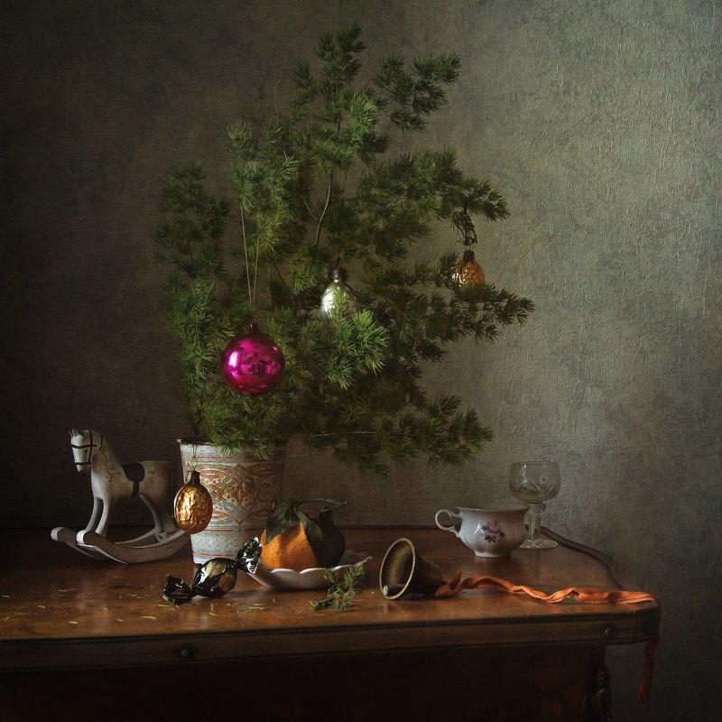 натюрморт, праздник, новый год, ёлка, игрушки, колокольчик Праздник к нам приходитphoto preview