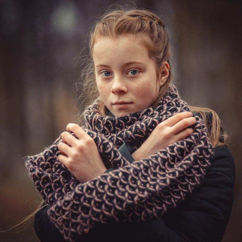 девушка осень рыжая шарф взгляд настроение желтый задумчивость руки волосы прическа Валерия. Осенний портретphoto preview