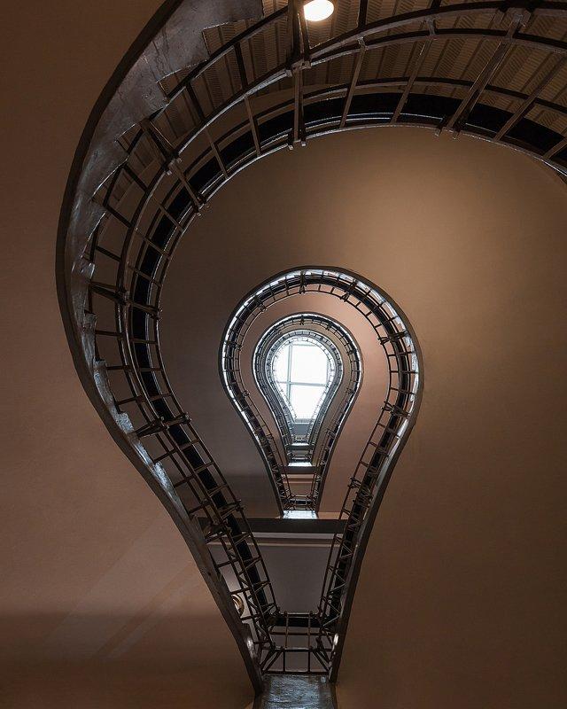 лестница, свет, архитектура, лампочка, парадные, паттерны, прага Лампочкаphoto preview