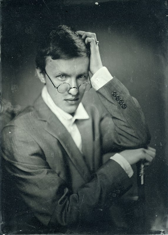 Портрет молодого человекаphoto preview