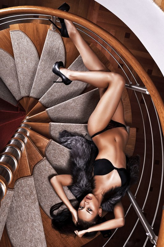 лестница, спираль, девушка Вверх ногамиphoto preview