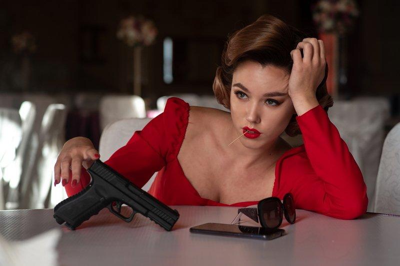 девушка, модель, гламур, вечер, оружие, пистолет, красное, платье photo preview