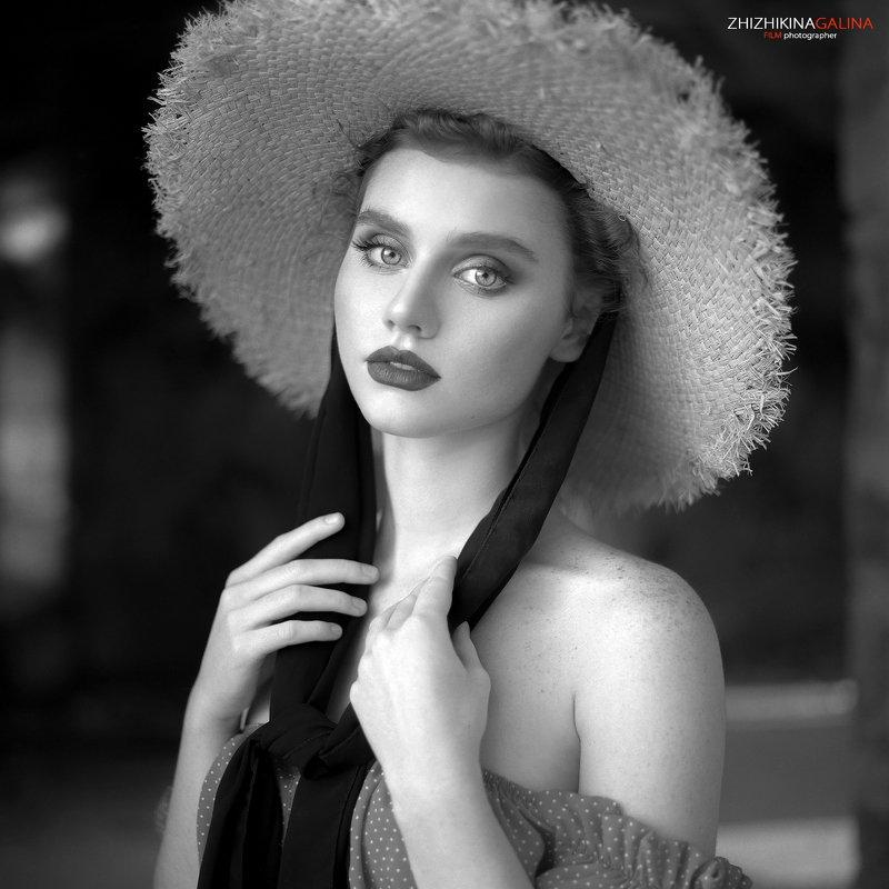 портрет, девушка, лицо, шляпа, руки, прикосновение, чб, черно-белое, фотография, фотограф, москва, bw, black and white, portrait, face, girl Lizaphoto preview
